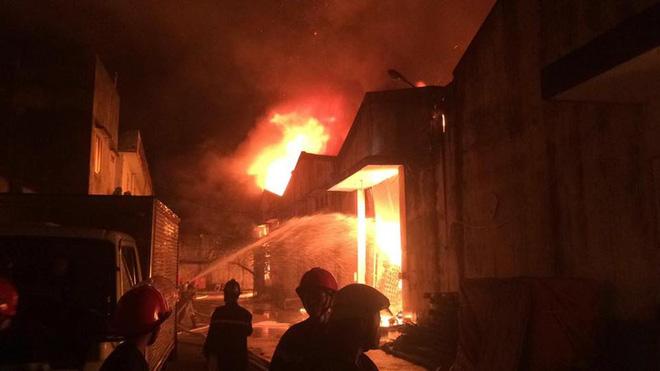 Cháy dữ dội gần Cảng Sài Gòn, khói và lửa bốc cao hàng chục mét kèm tiếng nổ lớn - Ảnh 5.