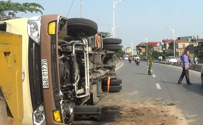 Hà Nội: Xe khách lật nghiêng giữa đường, nhiều người bị thương
