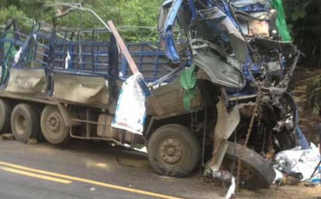 Hoà Bình: Xe tải chở cám đâm vào vách núi, 2 người tử vong