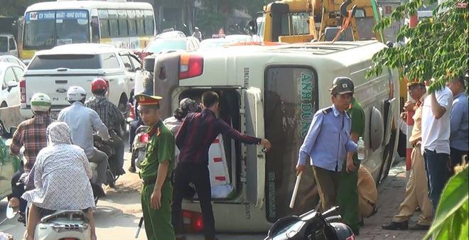 Hà Nội: Xe khách lật nghiêng giữa đường, nhiều người bị thương - Ảnh 1.