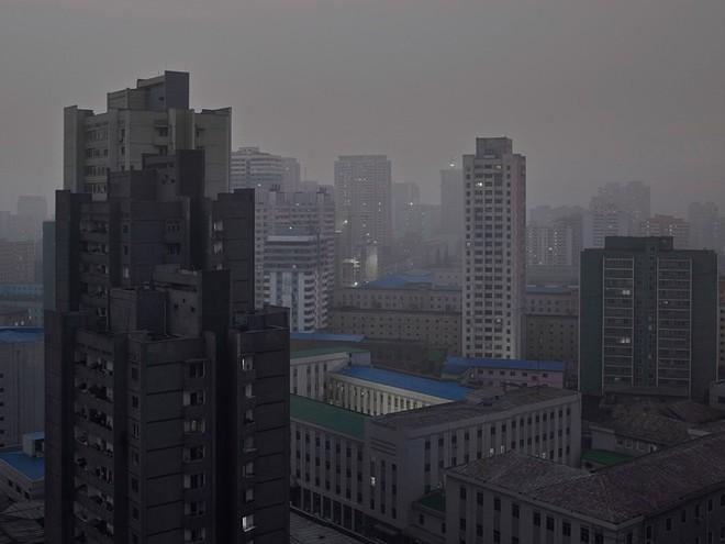 Bình Nhưỡng cô đơn, nhạt màu qua ống kính của nhiếp ảnh gia Hà Lan - Ảnh 11.