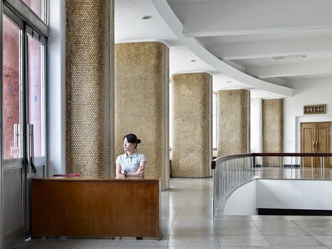 Bình Nhưỡng cô đơn, nhạt màu qua ống kính của nhiếp ảnh gia Hà Lan - Ảnh 3.