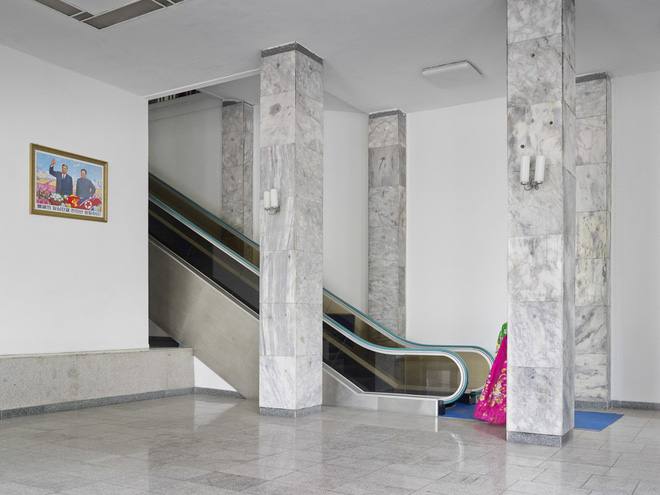 Bình Nhưỡng cô đơn, nhạt màu qua ống kính của nhiếp ảnh gia Hà Lan - Ảnh 9.