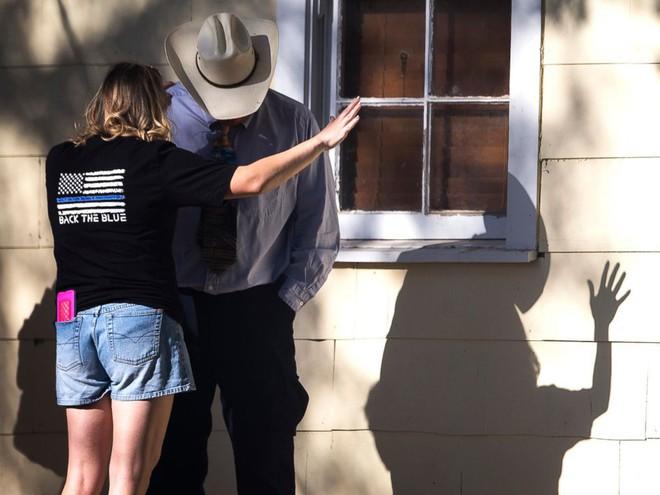 Xả súng ở Texas, ít nhất 26 người thiệt mạng, cảnh sát tiến hành khám xét nhà hung thủ - Ảnh 12.