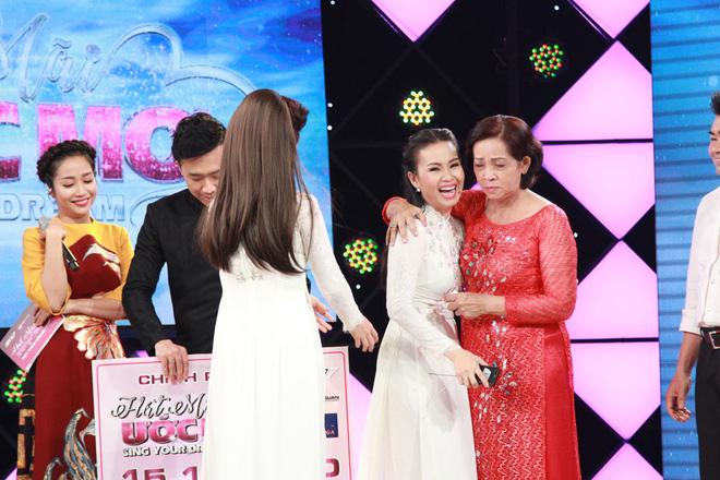 Cẩm Ly, Trấn Thành xúc động trước hoàn cảnh người bà hơn 60 tuổi chạy xe ôm nuôi 3 cháu  - Ảnh 4.