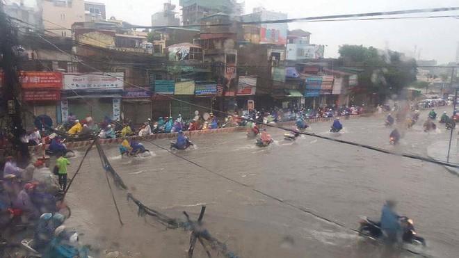 Dân Thủ đô chật vật vượt qua biển nước trong mưa lớn sáng nay - Ảnh 12.