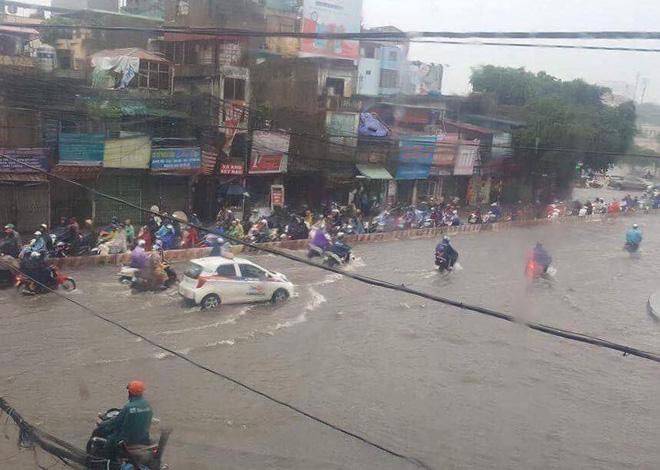 Dân Thủ đô chật vật vượt qua biển nước trong mưa lớn sáng nay - Ảnh 13.