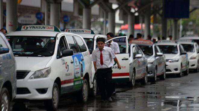 Uber, Grab lũng đoạn thị trường, doanh nghiệp taxi 'chết do chính sách' - Ảnh 1.
