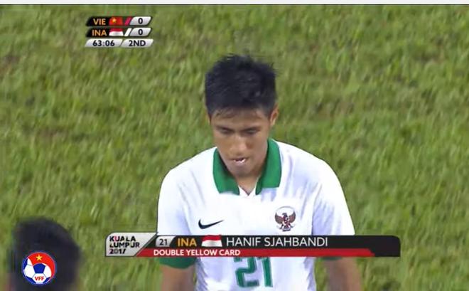Cầu thủ Indonesia đánh nguội, dính thẻ đỏ gián tiếp rời sân