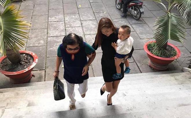 Phi Thanh Vân ôm con 5 tiếng tại tòa án, chồng vẫn không đến giải quyết ly hôn