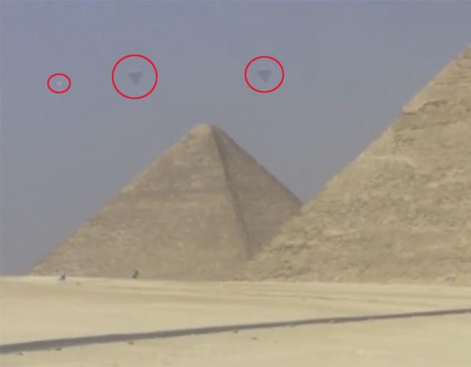 Bí ẩn UFO hình dáng lạ bay xung quanh kim tự tháp Giza ở Ai Cập - Ảnh 1.