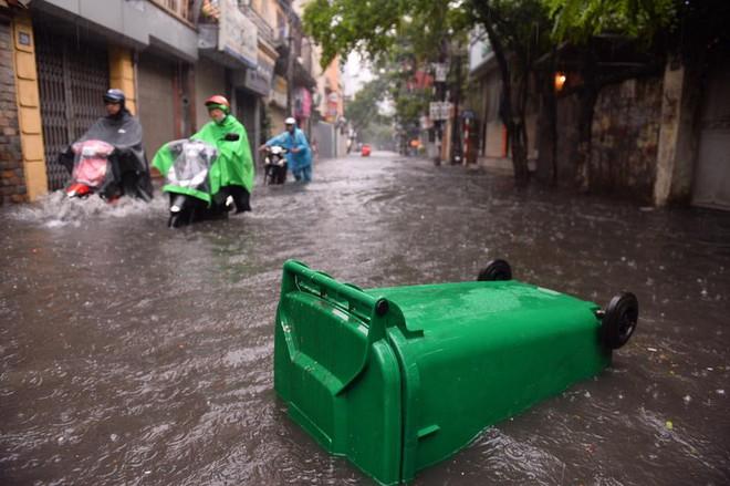 Dân Thủ đô chật vật vượt qua biển nước trong mưa lớn sáng nay - Ảnh 14.