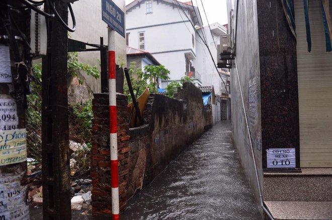 Dân Thủ đô chật vật vượt qua biển nước trong mưa lớn sáng nay - Ảnh 15.