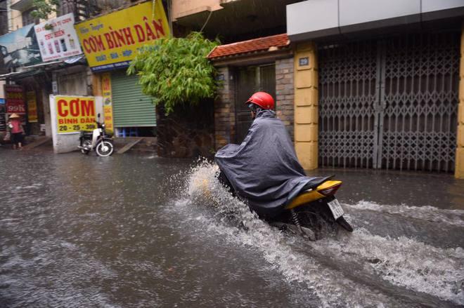 Dân Thủ đô chật vật vượt qua biển nước trong mưa lớn sáng nay - Ảnh 16.
