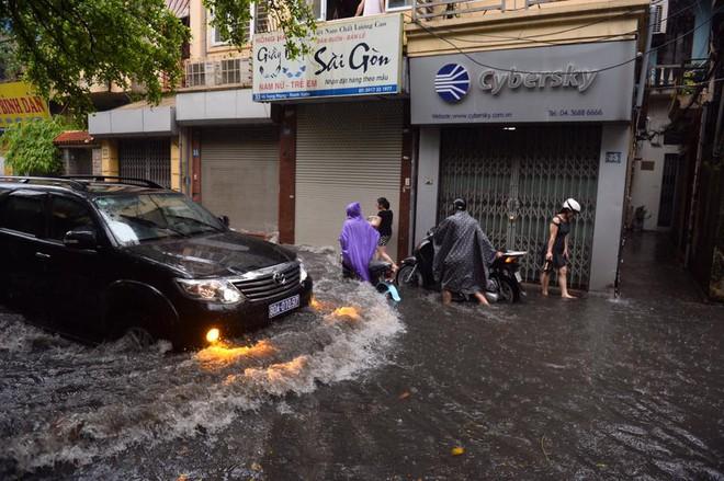 Dân Thủ đô chật vật vượt qua biển nước trong mưa lớn sáng nay - Ảnh 17.