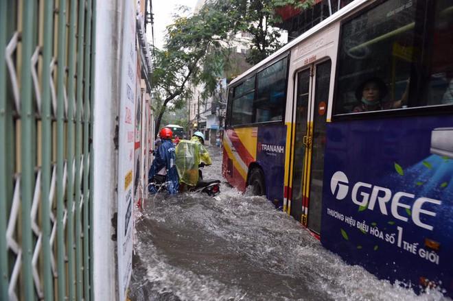 Dân Thủ đô chật vật vượt qua biển nước trong mưa lớn sáng nay - Ảnh 18.