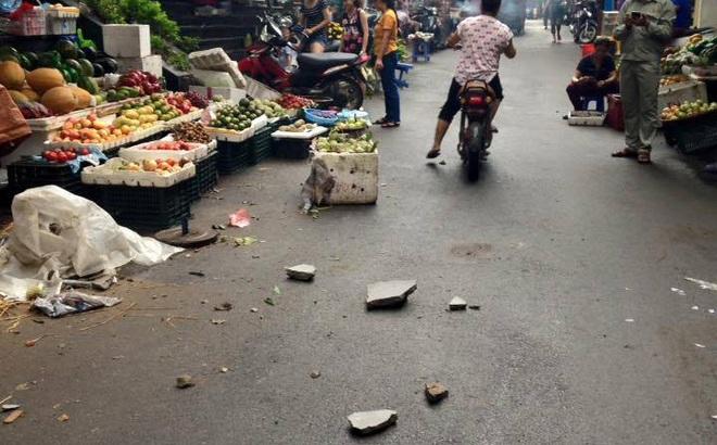 Hà Nội: Dân hoảng hốt vì nhiều mảng vữa lớn ở chung cư rơi xuống chợ cóc