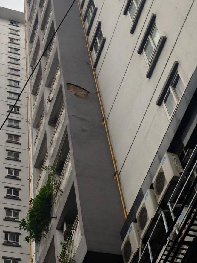 Hà Nội: Dân hoảng hốt vì nhiều mảng vữa lớn ở chung cư rơi xuống chợ cóc - Ảnh 1.