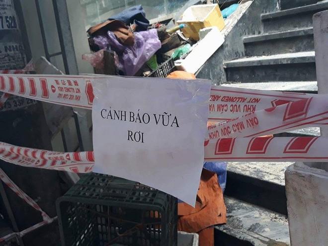 Hà Nội: Dân hoảng hốt vì nhiều mảng vữa lớn ở chung cư rơi xuống chợ cóc - Ảnh 2.