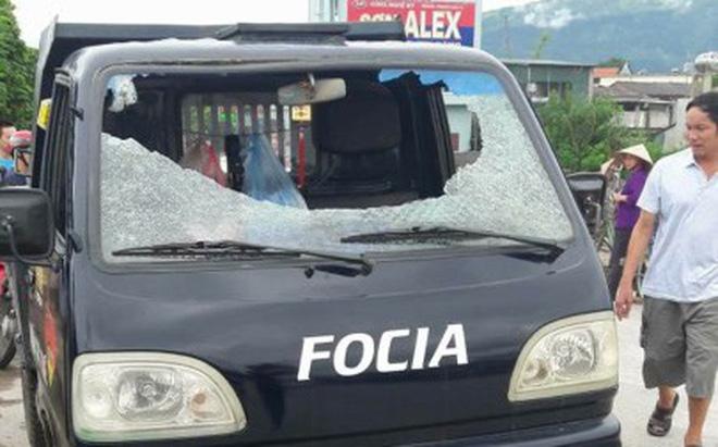 Mâu thuẫn thu mua cây nhãn, xe tải bị ném đá khiến 1 người có  nguy cơ hỏng mắt