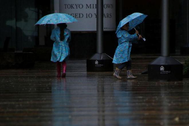 Những hình ảnh đầu tiên về siêu bão quái vật Lan khi đổ bộ Nhật Bản - Ảnh 7.