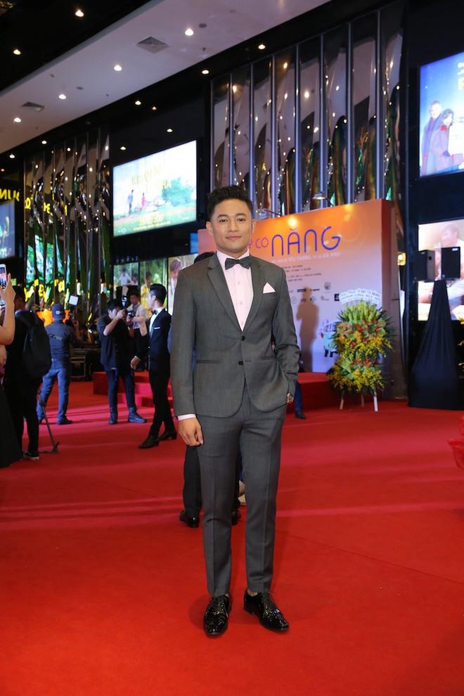 Vân Trang ôm chặt cứng Quý Bình trên thảm đỏ - Ảnh 1.