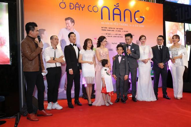 Vân Trang ôm chặt cứng Quý Bình trên thảm đỏ - Ảnh 7.