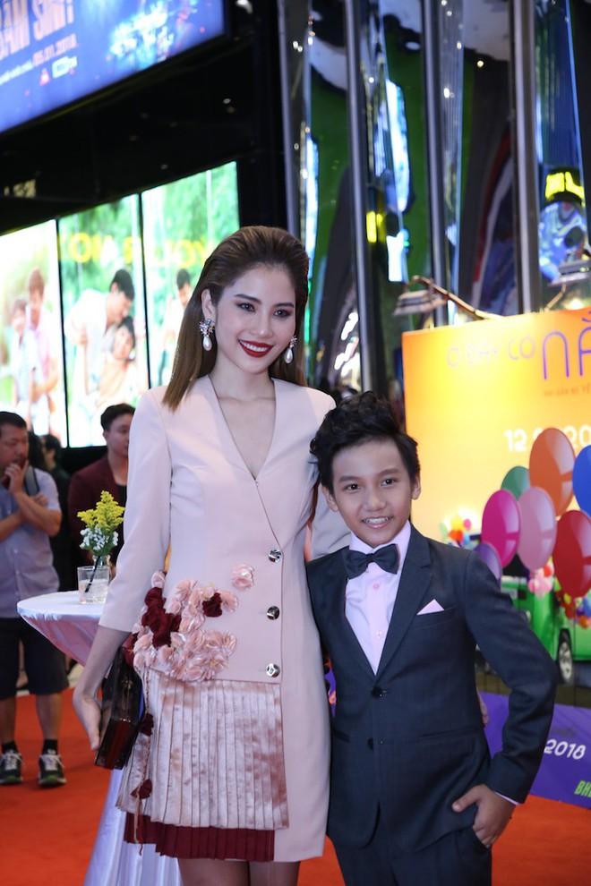 Vân Trang ôm chặt cứng Quý Bình trên thảm đỏ - Ảnh 9.