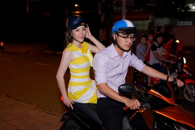 Lý Nhã Kỳ sang chảnh nhưng bỏ ô tô, đi xe máy hòa vào dòng người ăn mừng U23 Việt Nam - Ảnh 1.
