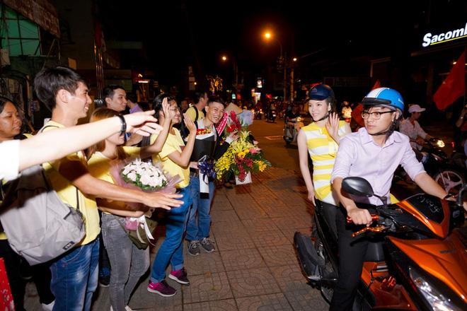 Lý Nhã Kỳ sang chảnh nhưng bỏ ô tô, đi xe máy hòa vào dòng người ăn mừng U23 Việt Nam - Ảnh 2.