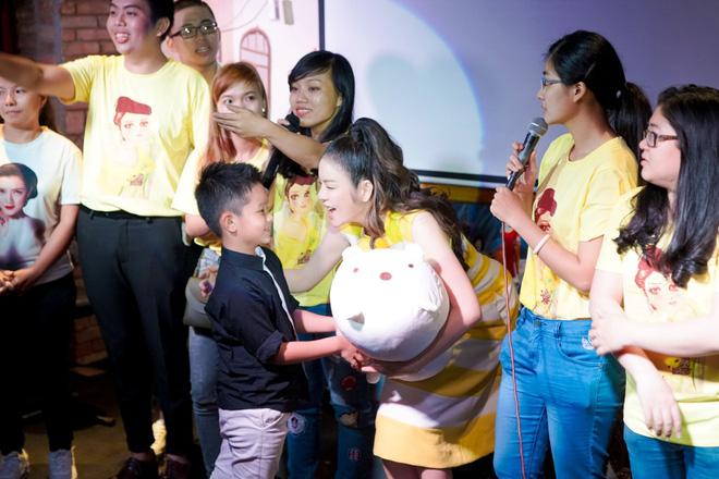 Lý Nhã Kỳ sang chảnh nhưng bỏ ô tô, đi xe máy hòa vào dòng người ăn mừng U23 Việt Nam - Ảnh 8.