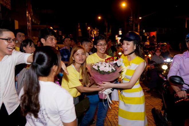 Lý Nhã Kỳ sang chảnh nhưng bỏ ô tô, đi xe máy hòa vào dòng người ăn mừng U23 Việt Nam - Ảnh 3.