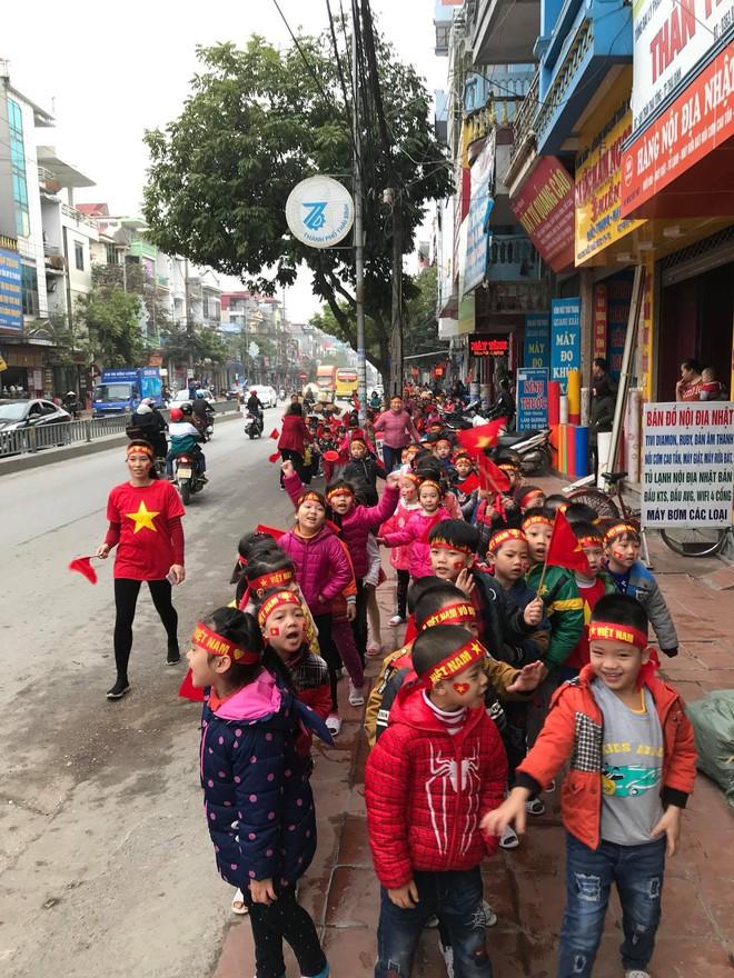 Mạng xã hội bắt đầu chia sẻ tràn ngập hình ảnh không khí cổ vũ U23 Việt Nam trước trận chung kết lịch sử - Ảnh 3.