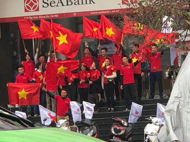 Mạng xã hội bắt đầu chia sẻ tràn ngập hình ảnh không khí cổ vũ U23 Việt Nam trước trận chung kết lịch sử - Ảnh 4.