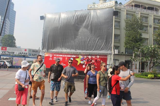 """11 màn hình """"khủng"""" tại phố đi bộ Nguyễn Huệ trực tiếp chung kết U23 Việt Nam được lắp như thế nào? - Ảnh 2."""