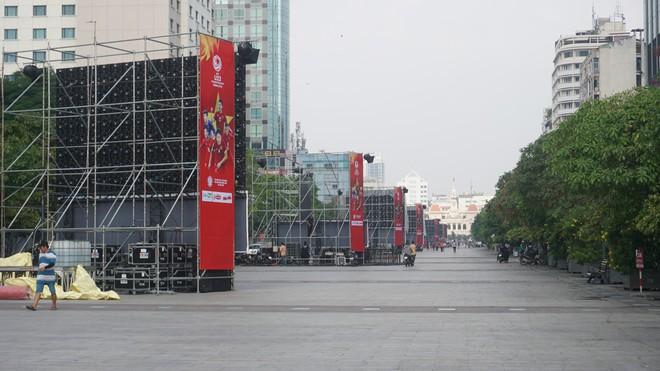 """11 màn hình """"khủng"""" tại phố đi bộ Nguyễn Huệ trực tiếp chung kết U23 Việt Nam được lắp như thế nào? - Ảnh 11."""