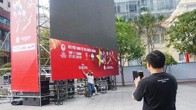 """11 màn hình """"khủng"""" tại phố đi bộ Nguyễn Huệ trực tiếp chung kết U23 Việt Nam được lắp như thế nào? - Ảnh 10."""