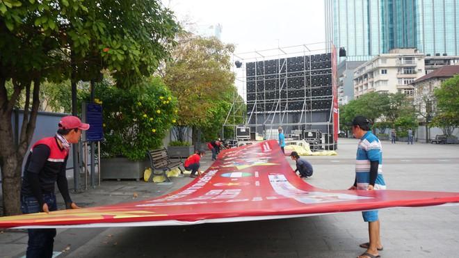 """11 màn hình """"khủng"""" tại phố đi bộ Nguyễn Huệ trực tiếp chung kết U23 Việt Nam được lắp như thế nào? - Ảnh 5."""