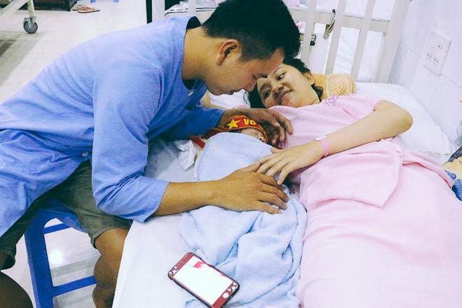 Khoảnh khắc xúc động: Em bé vừa chào đời được khoác Quốc kỳ đúng giây phút Quang Hải xé lưới đối thủ - Ảnh 2.