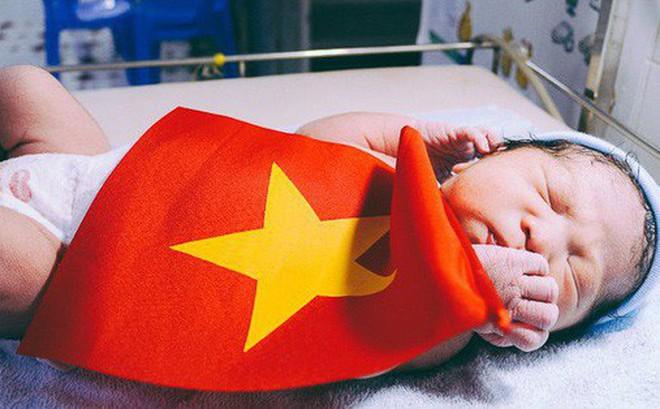Khoảnh khắc xúc động: Em bé vừa chào đời được khoác Quốc kỳ đúng giây phút Quang Hải xé lưới đối thủ