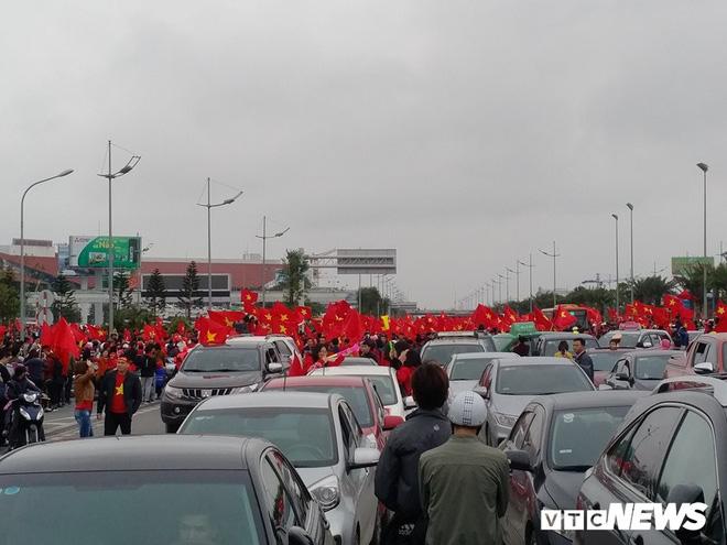 Dân Thủ đô phủ kín nhiều tuyến đường, vác cúp chào đón U23 Việt Nam trở về - Ảnh 2.