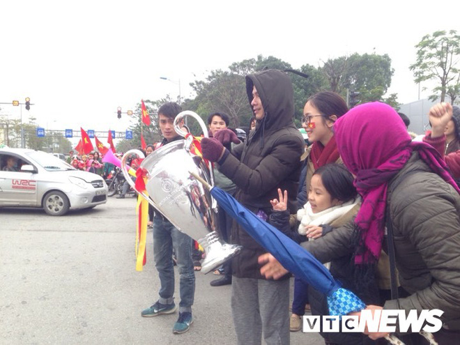 Dân Thủ đô phủ kín nhiều tuyến đường, vác cúp chào đón U23 Việt Nam trở về - Ảnh 13.