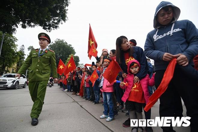 Dân Thủ đô phủ kín nhiều tuyến đường, vác cúp chào đón U23 Việt Nam trở về - Ảnh 18.