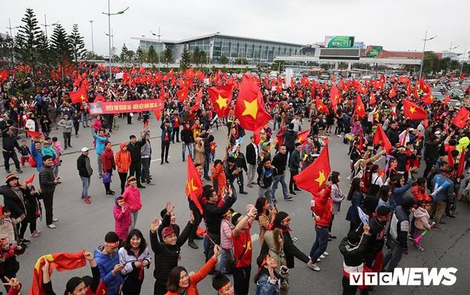 Dân Thủ đô phủ kín nhiều tuyến đường, vác cúp chào đón U23 Việt Nam trở về - Ảnh 5.