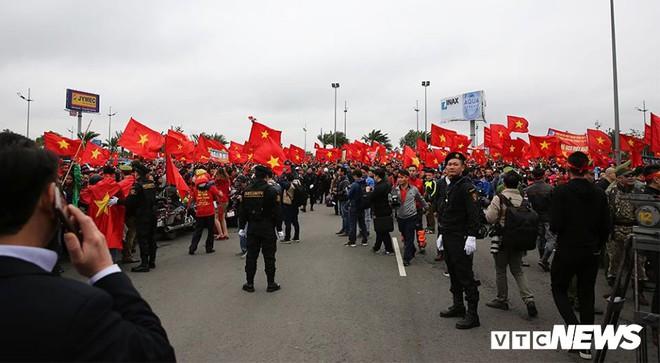 Dân Thủ đô phủ kín nhiều tuyến đường, vác cúp chào đón U23 Việt Nam trở về - Ảnh 6.