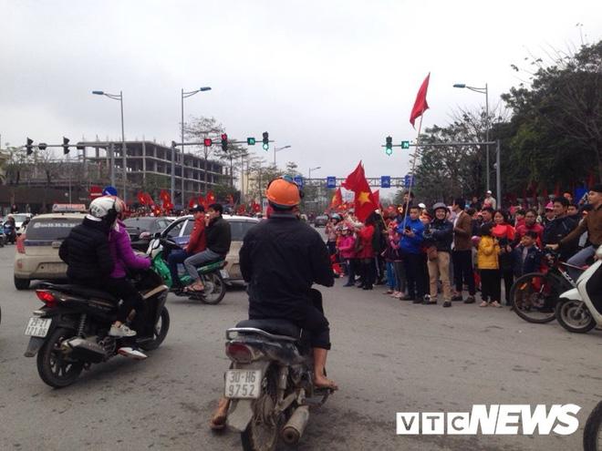 Dân Thủ đô phủ kín nhiều tuyến đường, vác cúp chào đón U23 Việt Nam trở về - Ảnh 10.