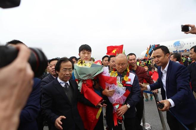 Sẽ xử phạt nghiêm Vietjet Air sau sự cố người mẫu hở hang trên máy bay đón U23 Việt Nam - Ảnh 1.