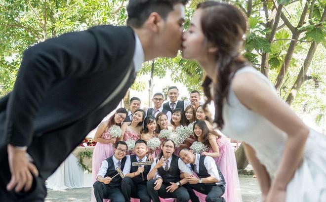 """Cặp đôi Sài Gòn khoe kỷ niệm từ hồi """"trẻ trâu"""" đến ngày cưới và bộ ảnh """"vừa bay vừa hôn"""" độc nhất vô nhị"""