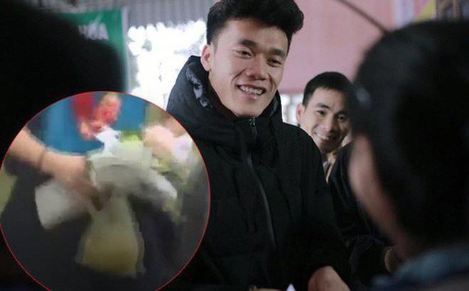 Câu chuyện cảm động ít người biết về trái bưởi mà thủ môn Bùi Tiến Dũng nhất quyết cầm trên tay tại sân bay Nội Bài