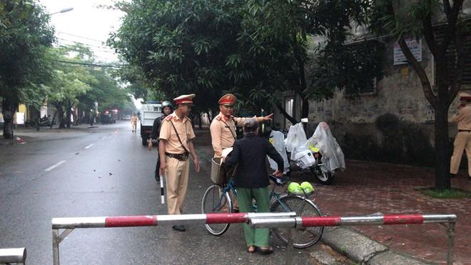Cảnh sát dùng súng bắn tỉa vây bắt đối tượng cầm lựu đạn cố thủ trong nhà ở Nghệ An - Ảnh 11.